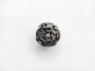 On Wire lås rund 12 mm ruflet sort rhodineret sølv med syn. zirkon